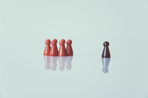 El racismo aprisiona cuerpos, imaginaciones y vidas, y no basta con retirar la palabra «raza» de la constitución para que el racismo desaparezca como por arte de magia. Imagen: Markus Spiske en Unsplash