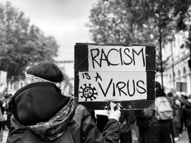 El racismo antinegro en el mundo comenzará a retroceder el día en que África se convierta en su propia fuerza, en una potencia en medio de las demás naciones. Por tanto, da igual ser negro americano, negro francés, negro británico o no tener nada que ver con África, porque África atormenta a todas esas personas dondequiera que estén. Imagen: John Cameron en Unsplash